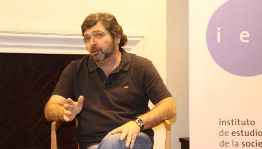 El sociólogo Carlos Ruiz conversa sobre democracia y neoliberalismo en el IES